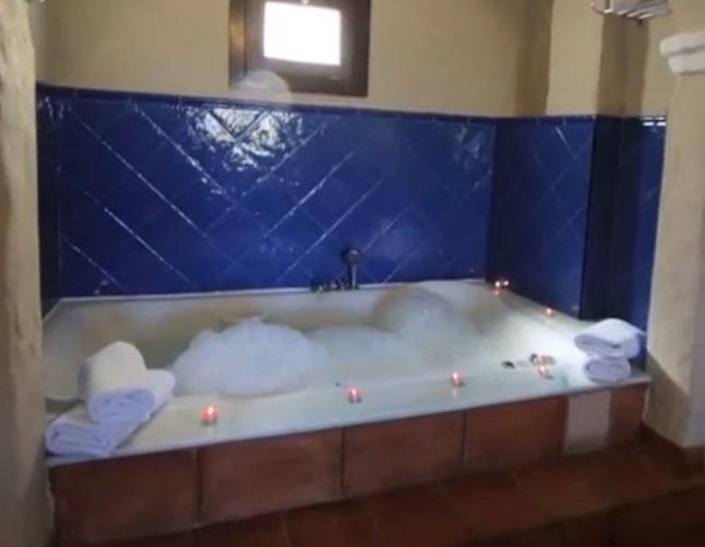 Hoteles con jacuzzi privado en la habitaci n en almer a for Habitacion familiar con jacuzzi