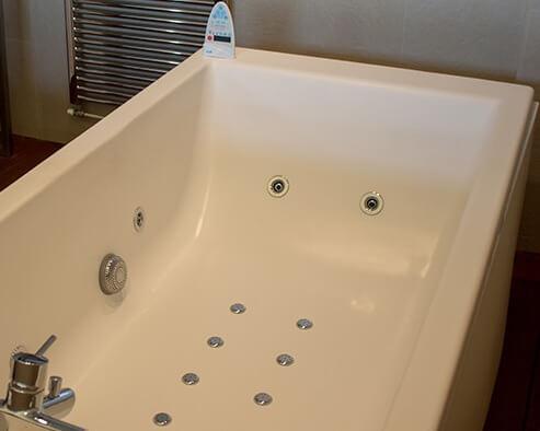 Hoteles con jacuzzi en la habitaci n en barcelona for Hoteles minimalistas en espana