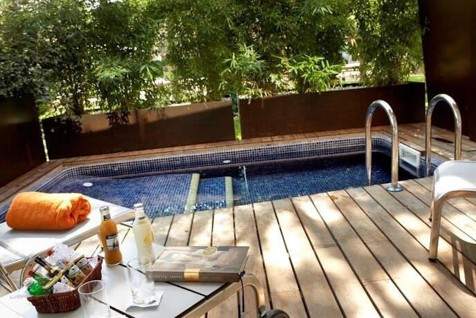 Hoteles con piscina privada en la habitaci n girona for Hotel piscina habitacion