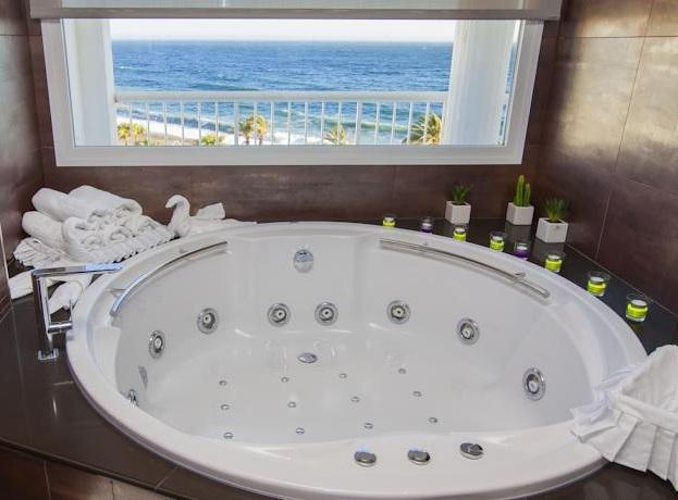 Hoteles con jacuzzi privado en la habitaci n en granada for Hoteles en granada con piscina climatizada
