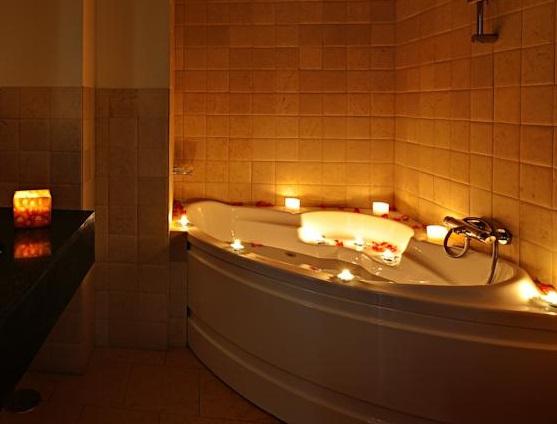 Hoteles con jacuzzi privado en la habitaci n en granada for Hoteles romanticos en madrid con piscina o jacuzzi privado