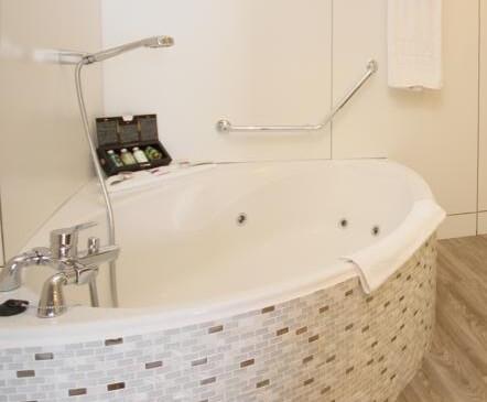 Hoteles con jacuzzi privado en la habitaci n en lanzarote for Hoteles con microondas en la habitacion