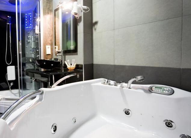 Hoteles con jacuzzi privado en la habitaci n en orense for Hoteles romanticos en madrid con piscina o jacuzzi privado