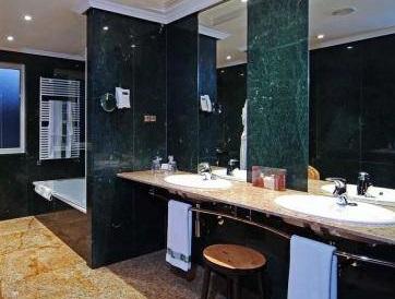 Hoteles con jacuzzi privado en la habitaci n en valladolid for Hoteles romanticos en madrid con piscina o jacuzzi privado
