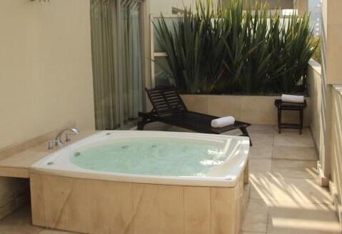 Hoteles con jacuzzi privado en la habitaci n en ciudad de for Hoteles con habitaciones en el agua